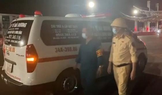 """Thuê xe cứu thương, giả bệnh nhân, làm dấu giả để """"thông"""" chốt vào Quảng Ninh"""