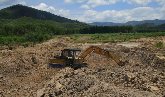 """Vụ khai thác trộm đất sét tại Vân Canh (Bình Định): Xác định chủ đất nhưng chưa tìm ra """"đất tặc""""?"""
