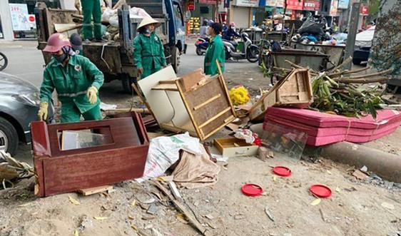 Hà Nội: Vật dụng gia đình không dùng vứt bỏ trên vỉa hè