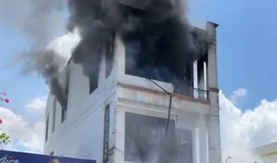 Quảng Nam: Căn nhà 3 tầng bốc cháy ngùn ngụt lúc giữa trưa