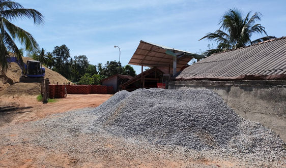 Bình Định: Một hộ dân ở xã Mỹ Lộc sử dụng hàng trăm m2 đất lúa làm bãi vật liệu xây dựng