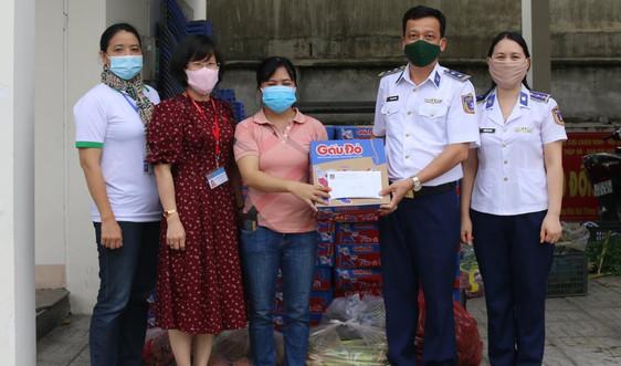 Cảnh sát biển hỗ trợ người dân có hoàn cảnh khó khăn do ảnh hưởng của dịch Covid-19