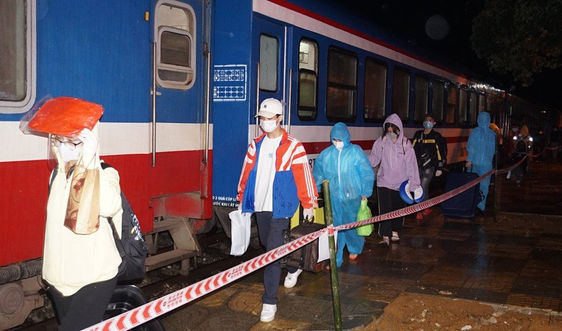 Chuyến tàu chở hơn 800 công dân Hà Tĩnh rời tâm dịch cập bến quê nhà