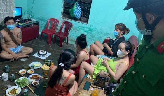 Đà Nẵng: Bất chấp lệnh giãn cách xã hội vẫn tụ tập ăn nhậu