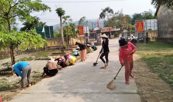 A Lưới (Thừa Thiên - Huế): Bà con dân tộc thiểu số dọn rác bảo vệ môi trường