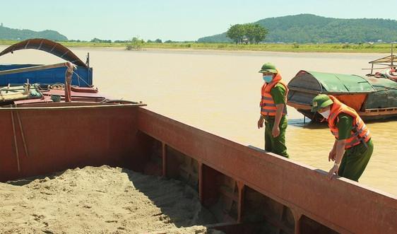 Hà Tĩnh: Xử phạt một chủ sà lan khai thác cát trái phép 10 triệu đồng