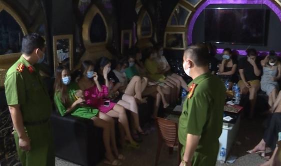 """Quảng Ninh: Phạt 75 triệu đồng chủ cơ sở và khách hát karaoke giữa """"tâm dịch"""""""