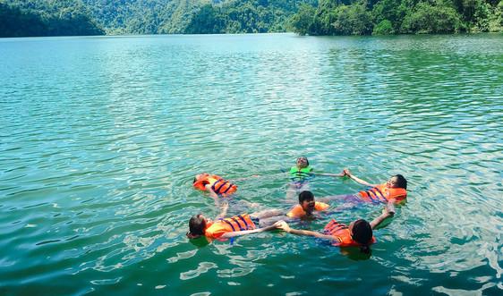 Non xanh nước biếc hồ Ba Bể