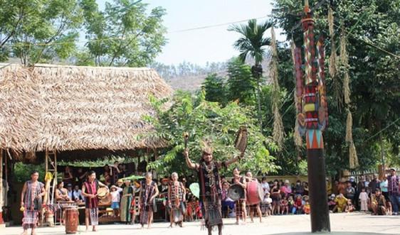 Người Cơ Tu làm du lịch để giữ rừng, bảo vệ môi trường