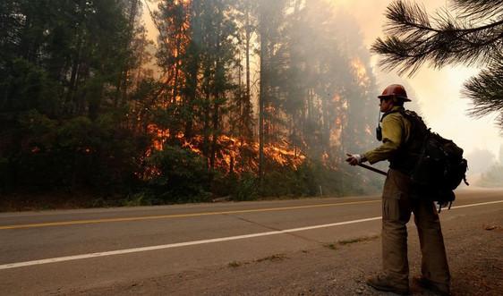 California tận dụng thời tiết mát hơn để dập tắt cháy rừng