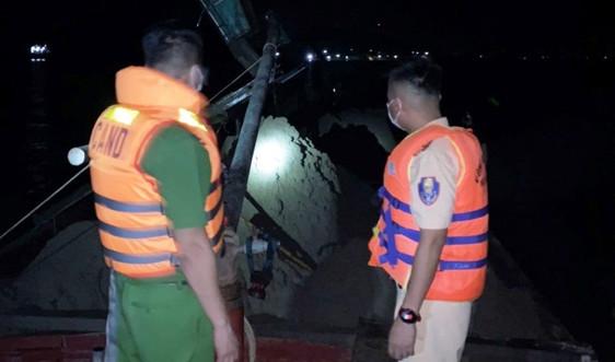 Hà Tĩnh: Bắt hai xà lan đang khai thác cát trái phép lúc nửa đêm