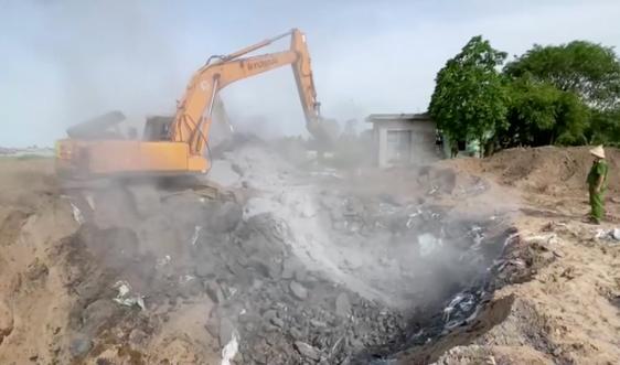 Hà Nam: Phát hiện hộ kinh doanh chôn lấp hơn 500 tấn chất thải công nghiệp