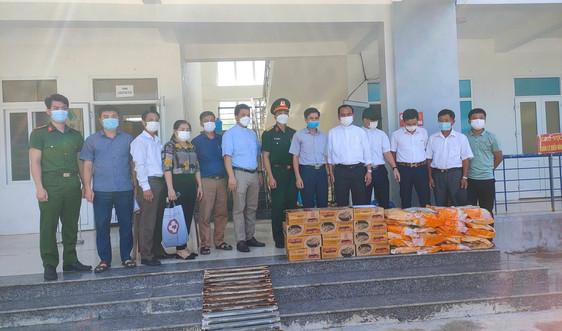 Thanh Hóa: Giáo xứ Phong Ý trao quà cho các trường hợp đang cách ly tập trung ở huyện Cẩm Thủy
