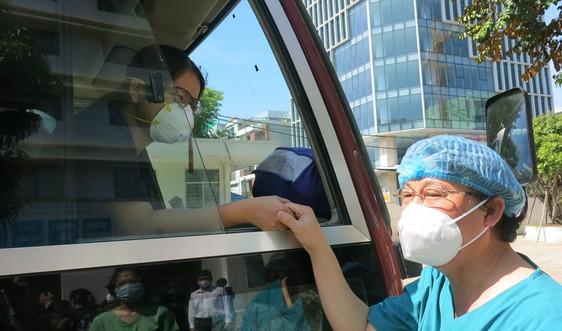 Hàng trăm y, bác sĩ trẻ ở miền Trung liên tiếp lên đường vào miền Nam chống dịch