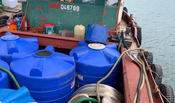 Quảng Ninh: Bắt giữ tàu chở 1.000 lít dầu diesel không rõ nguồn gốc