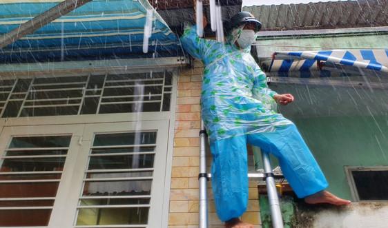 """Đà Nẵng: Bộ đội dầm mưa chống bão giúp dân """"vùng đỏ"""""""