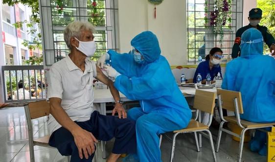 Đồng loạt triển khai tiêm vắc xin phòng Covid-19 cho người dân 5 phường của TP. Phủ Lý