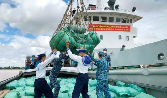 Vùng 2 Hải quân nối dài tình quân dân: Chở gạo giúp TP.HCM chống dịch