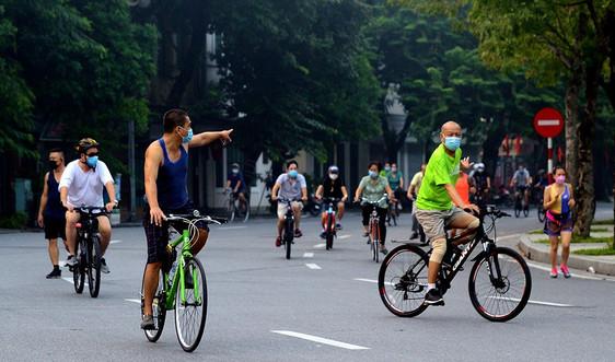 Hà Nội: Đông nghịt người dân tập thể dục từ sáng sớm