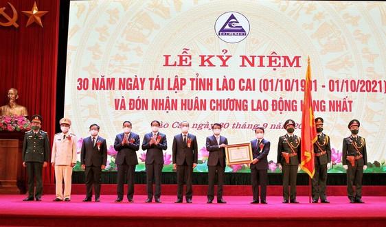 Bộ trưởng, Chủ nhiệm UBDT Hầu A Lềnh thừa ủy quyền của Chủ tịch nước trao Huân chương Lao động hạng Nhất cho tỉnh Lào Cai