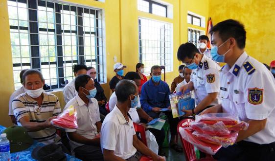 Hải đội 202 tuyên truyền biển, đảo cho người dân huyện Hải Lăng, tỉnh Quảng Trị