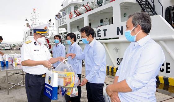 Tàu Kiểm ngư cứu 5 ngư dân gặp nạn ngoài biển