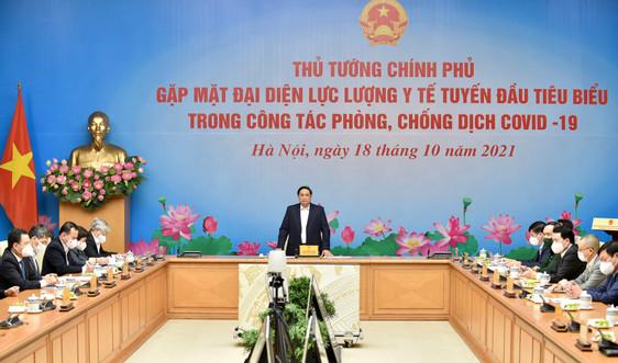 Thủ tướng Chính phủ gặp mặt, biểu dương đại diện lực lượng y tế tuyến đầu chống dịch