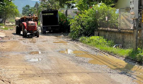 Văn Yên (Yên Bái): Xe chở quặng cày nát đường, khiến người dân bức xúc