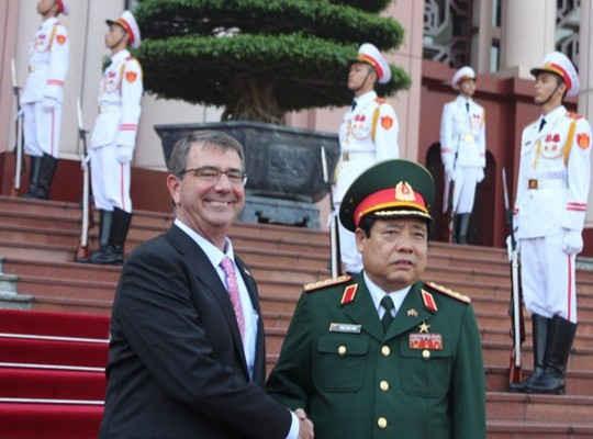 Bộ trưởng Phùng Quang Thanh đón chính thức Bộ trưởng Quốc phòng Mỹ