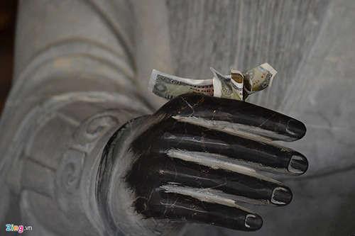 Nhét tiền, xoa đầu gối tượng phật, vạ vật ở chùa Bái Đính dịp đầu xuân
