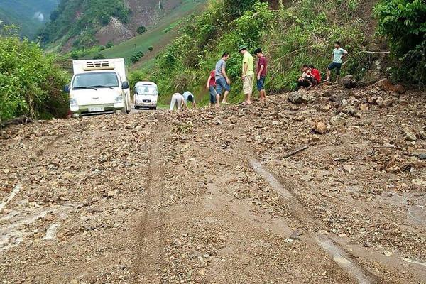 Sơn La: Quốc lộ 4G ách tắc do mưa lớn