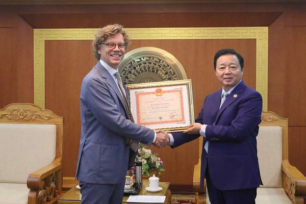 """Bộ trưởng Trần Hồng Hà traoKỷ niệm chương """"Vì sự nghiệp Tài nguyên và Môi trường"""" cho các Đại sứAustralia và Thuỵ Điển"""