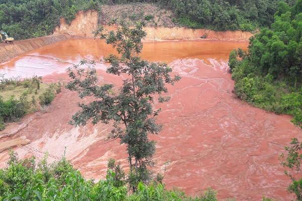 """Lang Chánh (Thanh Hóa): Người dân sống thấp thỏm dưới """"quả bom"""" chứa bùn thải quặng"""