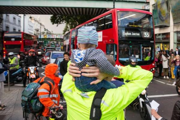 Sống gần khu giao thông đông đúc hạn chế sự phát triển phổi của trẻ em