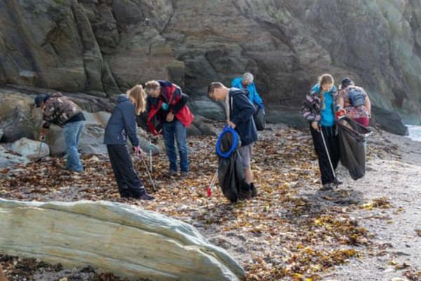 Hơn 16.000 lon và chai được tìm thấy chỉ trong 4 ngày tại các bãi biển ở Anh