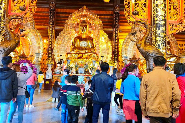 Du khách đổ xô về ngôi chùa lớn nhất Việt Nam cầu may đầu xuân