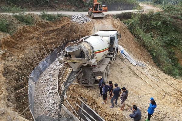 Đà Bắc – Hòa Bình: Thi công đường ì ạch, dân hứng chịu đủ đường