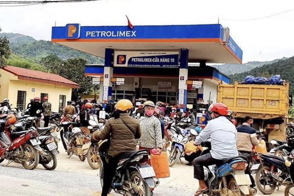 """Cao Bằng: Người dân """"đua nhau"""" đi mua xăng dầu giá rẻ"""