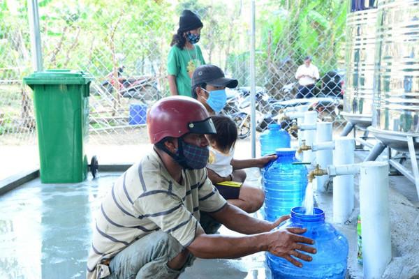 Gần 4.000 người dân tỉnh Kon Tum vui mừng nhận nguồn nước miễn phí của Bộ TN&MT