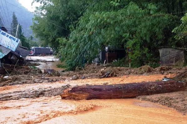 Sạt lở núi, nhiều hộ dân ở Nam Trà My (Quảng Nam) chìm trong bùn đất