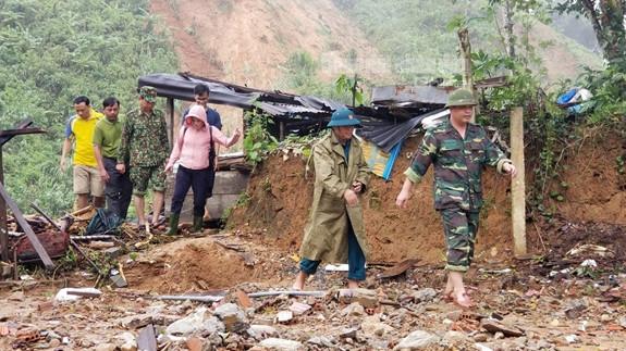 Khẩn trương tìm kiếm người mất tích; cắt rừng, gùi lương thực tiếp tế cho đồng bào