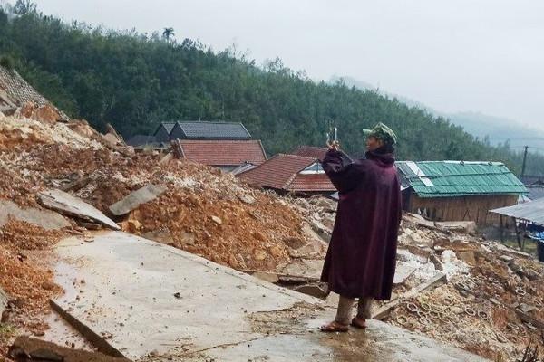 2.000 người dân ở Quảng Ngãi bị cô lập do sạt lở núi