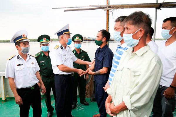 Tổng công ty Tân Cảng Sài Gòn cứu nạn và đưa 14 ngư dân về đất liền an toàn