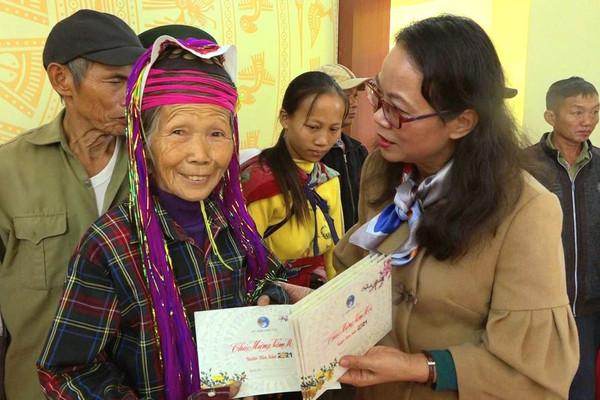 Thứ trưởng, Phó Chủ nhiệm Uỷ ban Dân tộc, Hoàng Thị Hạnh thăm, chúc tết đồng bào dân tộc thiểu số huyện Hải Hà