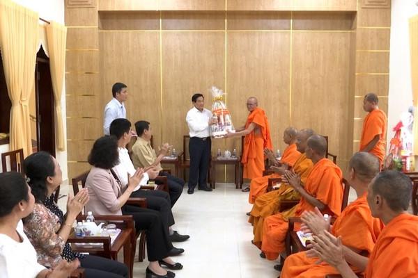 Chủ tịch Hội đồng dân tộc của Quốc hội thăm, chúc Tết Học viện Phật giáo Nam tông Khmer