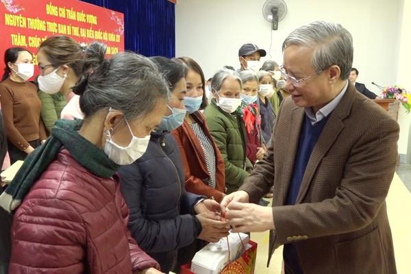 Nguyên Thường trực Ban Bí thư Trần Quốc Vượng tặng quà tết tại Yên Bái