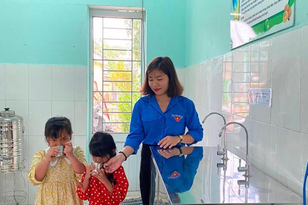 Đà Nẵng: Tặng máy lọc nước cho trẻ em vùng cao