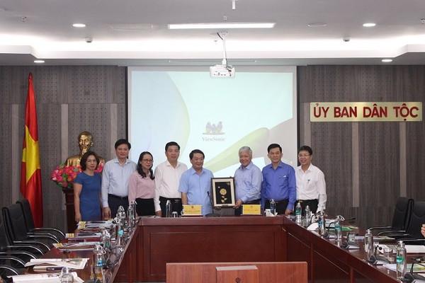 Đồng chí Hầu A Lềnh nhận bàn giao nhiệm vụ Bí thư Ban Cán sự Đảng Ủy ban Dân tộc