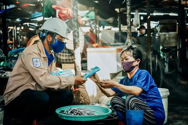Đoàn Thanh niên Nhà máy Nhiệt điện Vĩnh Tân 4 phối hợp với UBND xã Vĩnh Tân tuyên truyền phòng chống dịch Covid-19