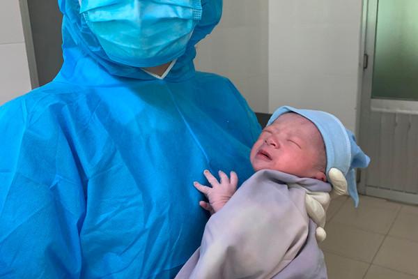 Xúc động hình ảnh bé trai chào đời ở khu phong toả Đà Nẵng